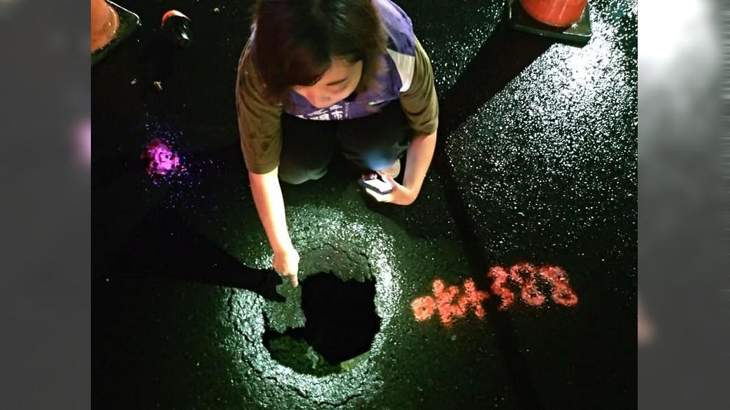 高閔琳前往仕豐路堪察坑洞。圖/翻攝高閔琳・高雄市議員臉書 高雄路平專案破功 剛舖好就有大坑洞「輪胎鋼圈都變形」