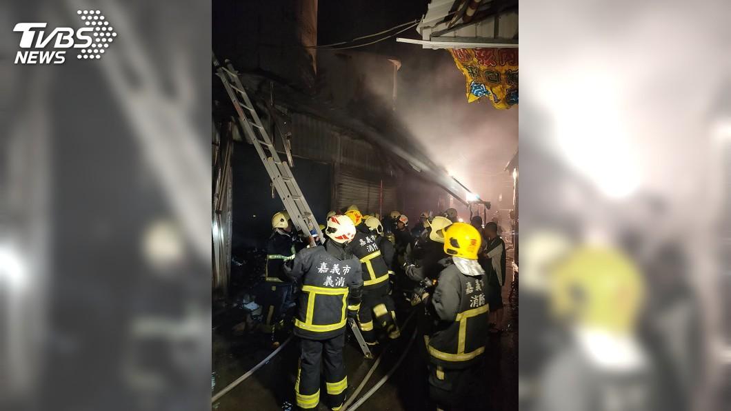 圖/中央社 嘉義市嘉樂福夜市凌晨火警 燒毀5店攤