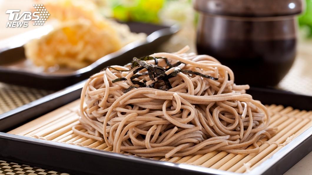 示意圖/TVBS 戴手套才能享用 日本混搭蕎麥麵超猛新吃法