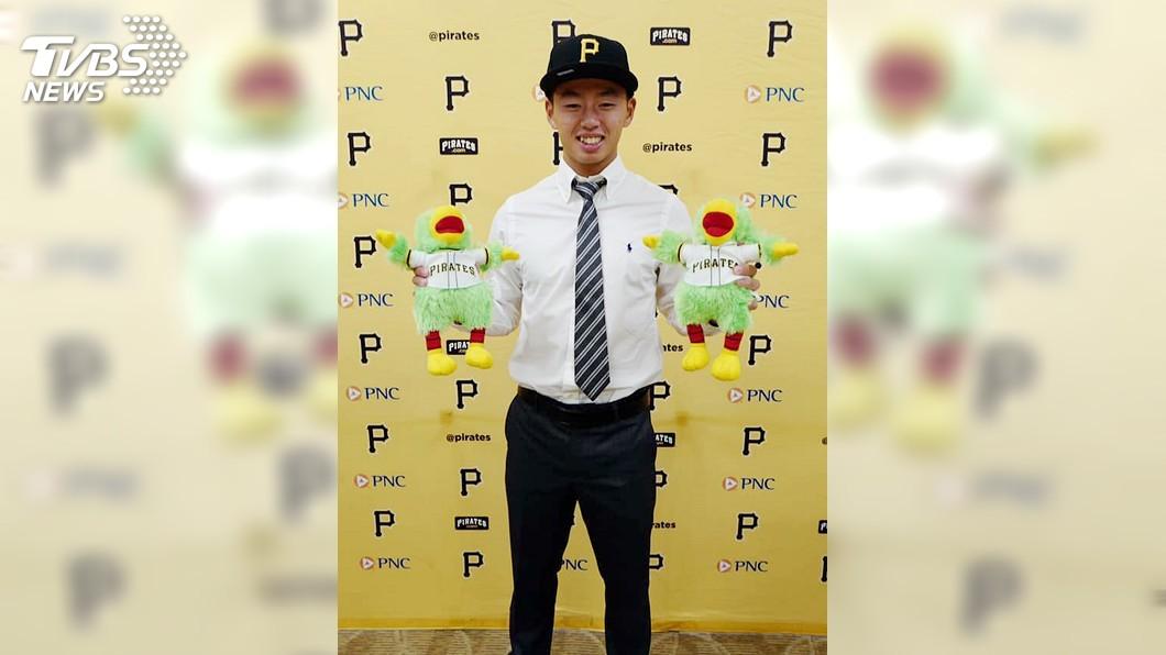 圖/中央社(展逸提供) 鄭宗哲與美職海盜隊簽約 普門中學旅外第一人