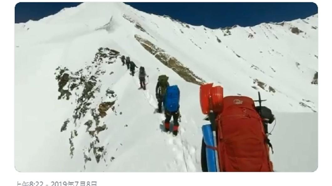 修復的GoPro可見登山隊的最後身影。圖/翻攝ians_india推特 雪崩滅團! 修復GoPro見8登山客最後身影