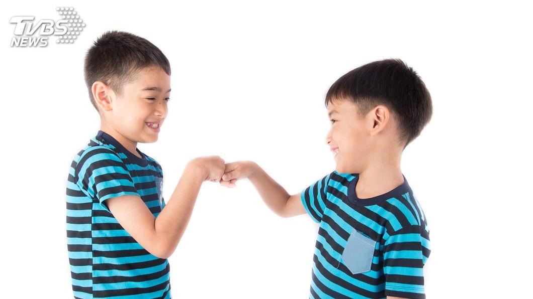 兄弟姊妹之間小時候常吵架是常有的事情。(示意圖/TVBS) 2兄弟愛吵架…母罰他們「撿垃圾」 網讚:太有智慧了