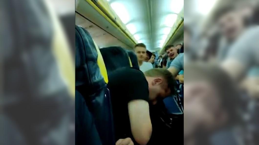 圖/ 翻攝  Daily Mail youtube 「搭上地獄班機」 倒楣情侶遇70旅客機上胡鬧
