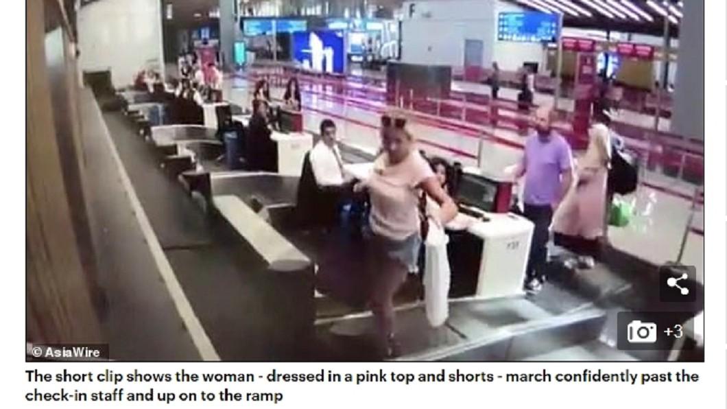 女子提著行李就走上行李輸送帶。圖/翻攝DailyMail 第1次出國好開心 女乘客提著行李衝上「行李輸送帶」