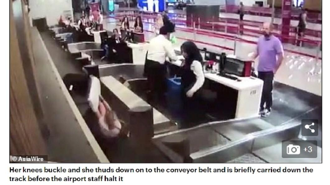 女子一踏上內側輸送帶就摔倒了。圖/翻攝DailyMail