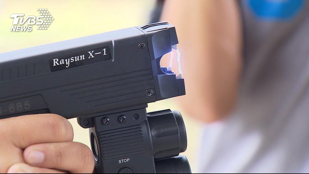 內政部長徐國勇表示,已編列預算採購警用電擊槍。(圖/TVBS資料畫面) 方便制伏歹徒 徐國勇:配發電擊槍列為警察執勤共同裝備