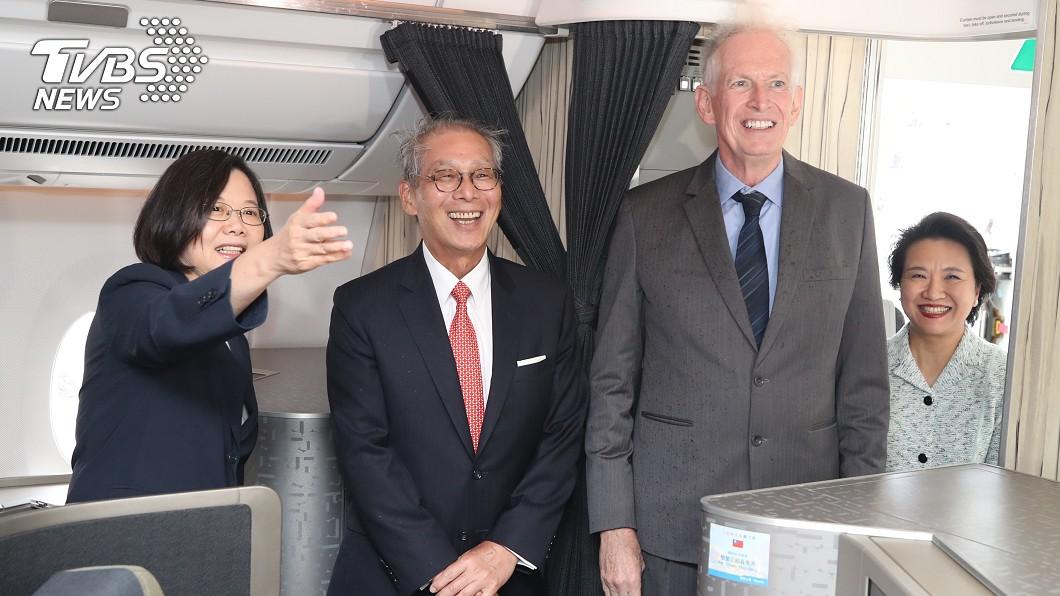 總統蔡英文(左)出訪加勒比海4個友邦,過境美國紐約將停留2晚,美國在台協會主席莫健(James Moriarty)(右)、駐美代表高碩泰(左2)等人上專機迎接蔡總統所率領的訪問團。(圖/中央社)