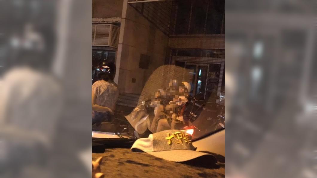 圖/翻攝自臉書「爆廢公社二館」 一家騎車4貼送外送 他嘆「生活不易」卻掀網友論戰