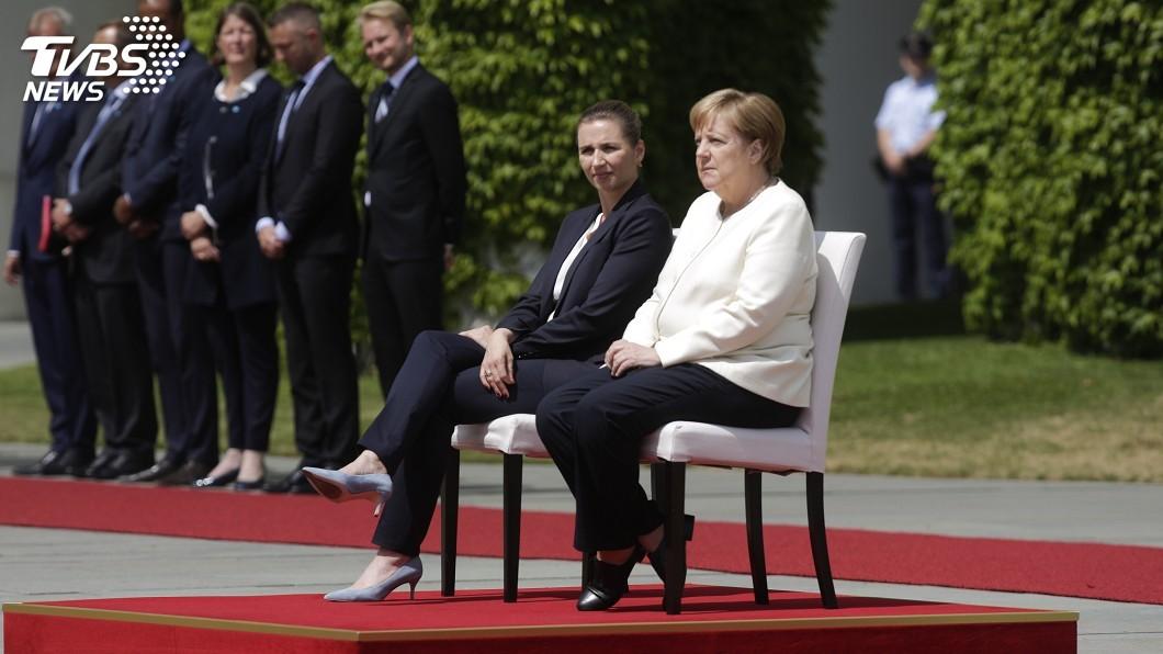 圖/達志影像美聯社 一個月抖三次!德國總理梅克爾坐著閱兵