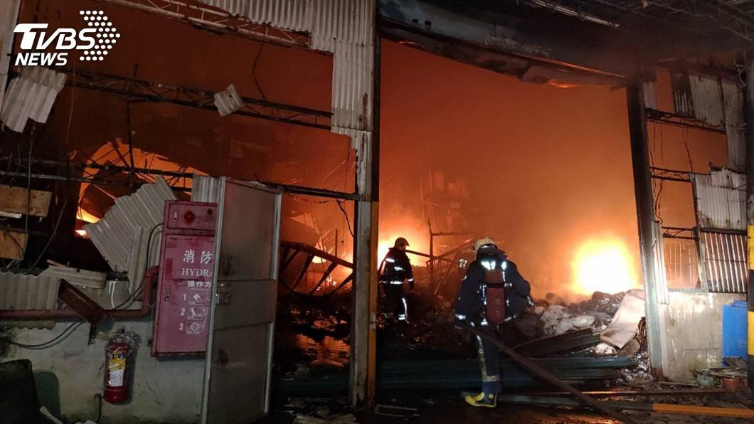 圖/中央社 新北樹林寢具加工廠凌晨大火 200坪全燒毀