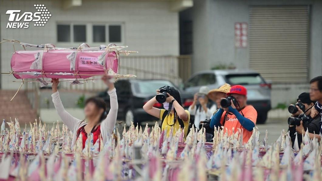 圖/ FOLKWAYS.TW 我的民俗台灣 授權提供 攝影魔人亂入祭儀「扛法器拍照」 網轟:不要踐踏信仰
