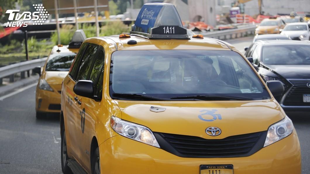 驚險畫面全都錄 紐約計程車失控撞飛路人