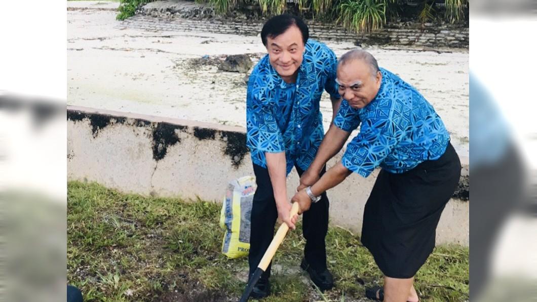 圖/蘇嘉全辦公室提供 與吉里巴斯議長種椰子樹 蘇嘉全:結出友誼果實