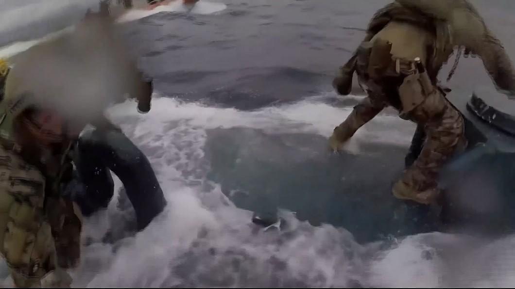 圖/翻攝自 KCAL 海上追逐戰! 美海防隊員跳上潛艇抓毒販