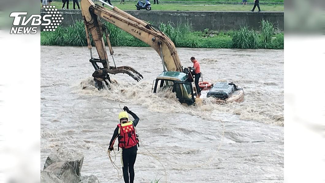 快訊/新北三峽溪水暴漲 怪手司機困河中央