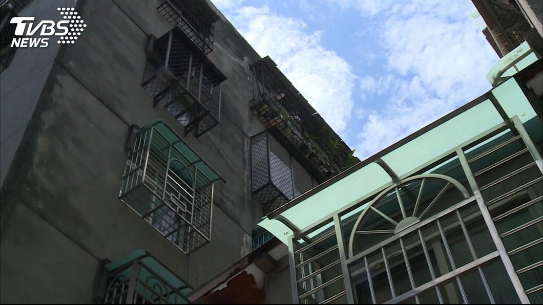 碰!樓上鄰居拖椅子、敲遮雨棚 住戶困擾