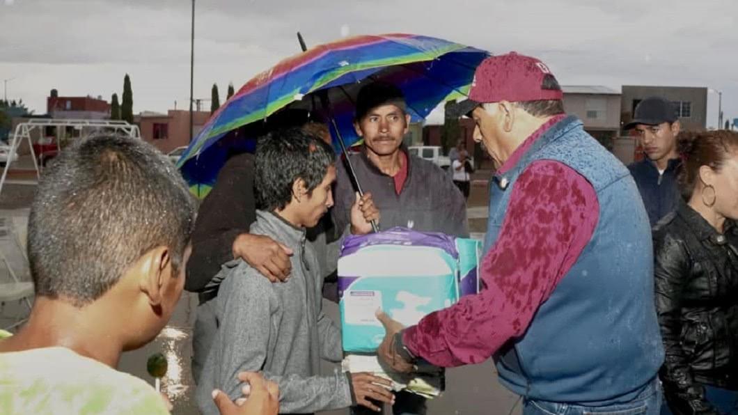 市長平日熱心公益,很關心弱勢民眾。圖/翻攝Carlos Tena Nevarez臉書