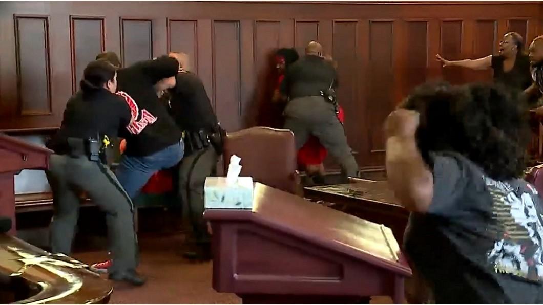 圖 / 翻攝自KTVE 10 KARD 法庭上暴衝毆打兇手! 男悲憤:他殺了我媽
