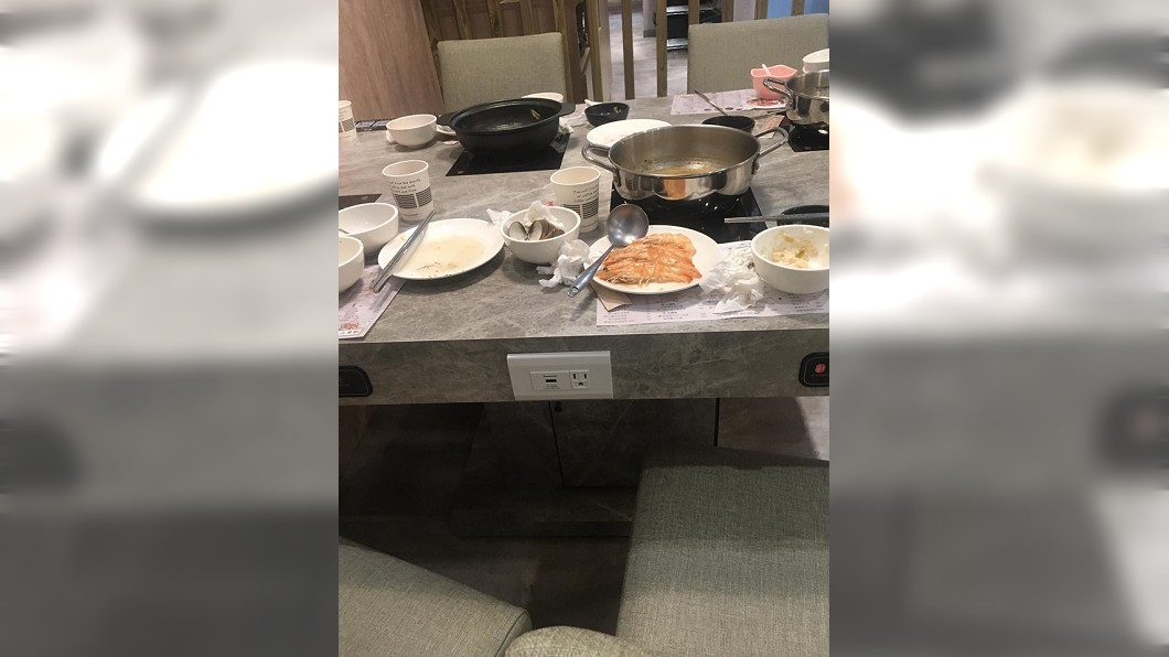 圖/翻攝自爆廢公社 客人留「整盤熟蝦」她嗆浪費 近看秒驚呆:根本高手!