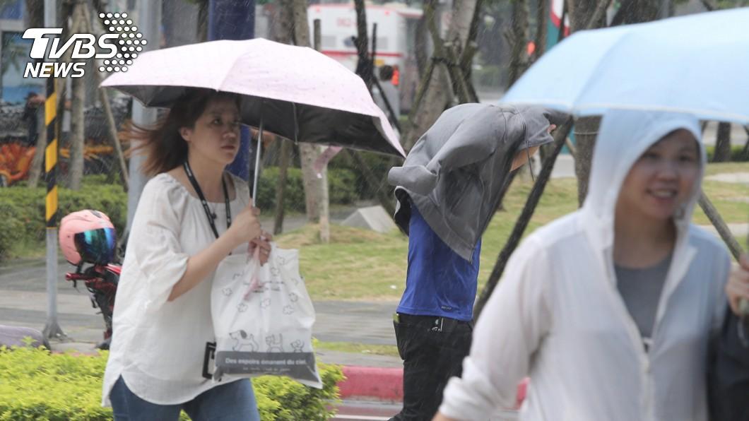 今明兩天依舊高溫炎熱,到了週三(17日)開始變天。圖/中央社 再熱2天!這天起變天轉雨5天 颱風最快今晚生成