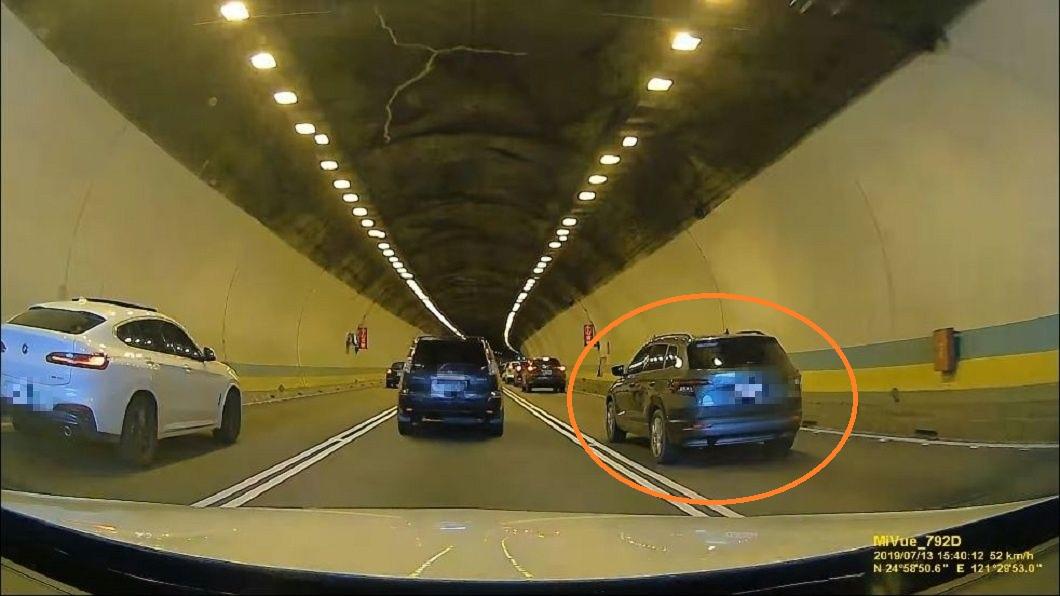 有民眾開車行經國道3號中和隧道時,遇到1名三寶駕駛。(圖/翻攝自爆怨公社) 三寶隧道內「鬼之左切」 後車壽星怒:生日差點變忌日