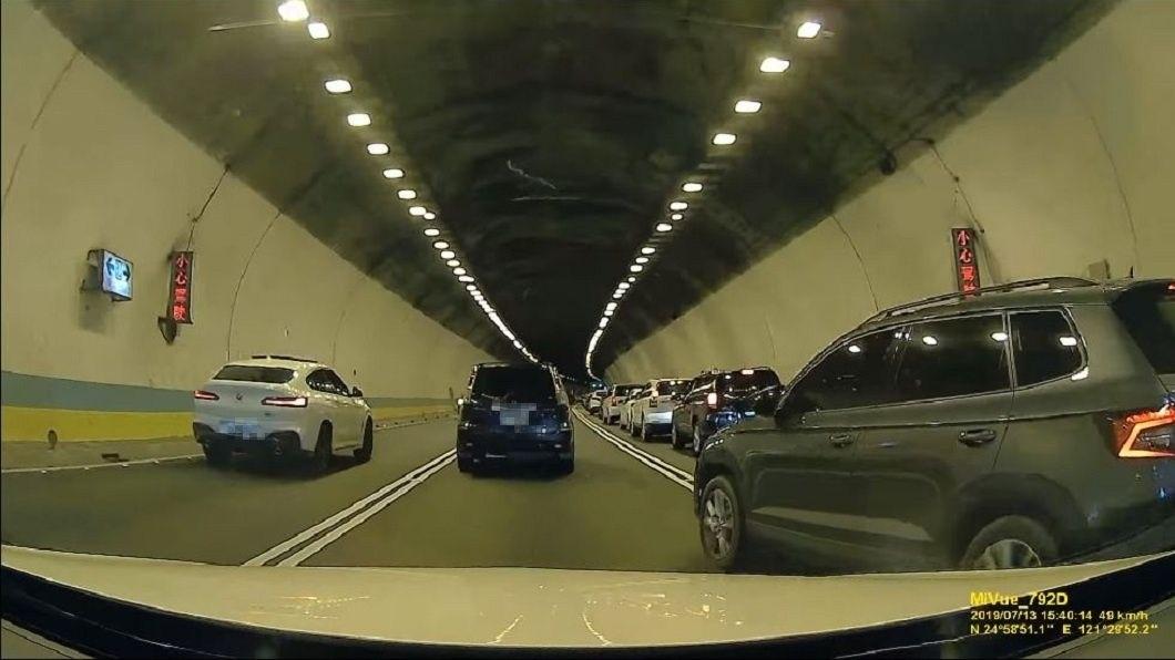 最外側的灰色轎車見前方車輛堵住,突然整個往左切入中線車道。(圖/翻攝自爆怨公社)