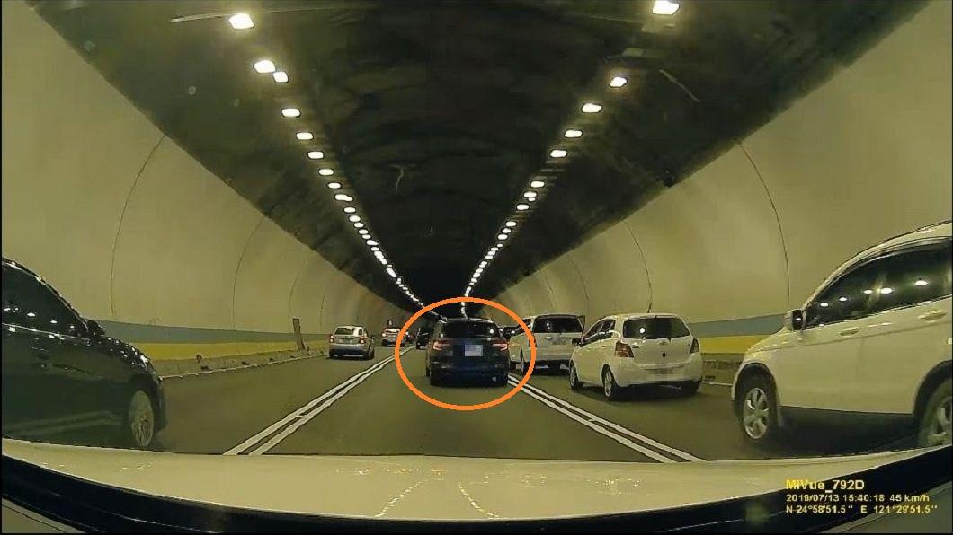 後方駕駛險些撞上這輛黑色轎車。(圖/翻攝自爆怨公社)