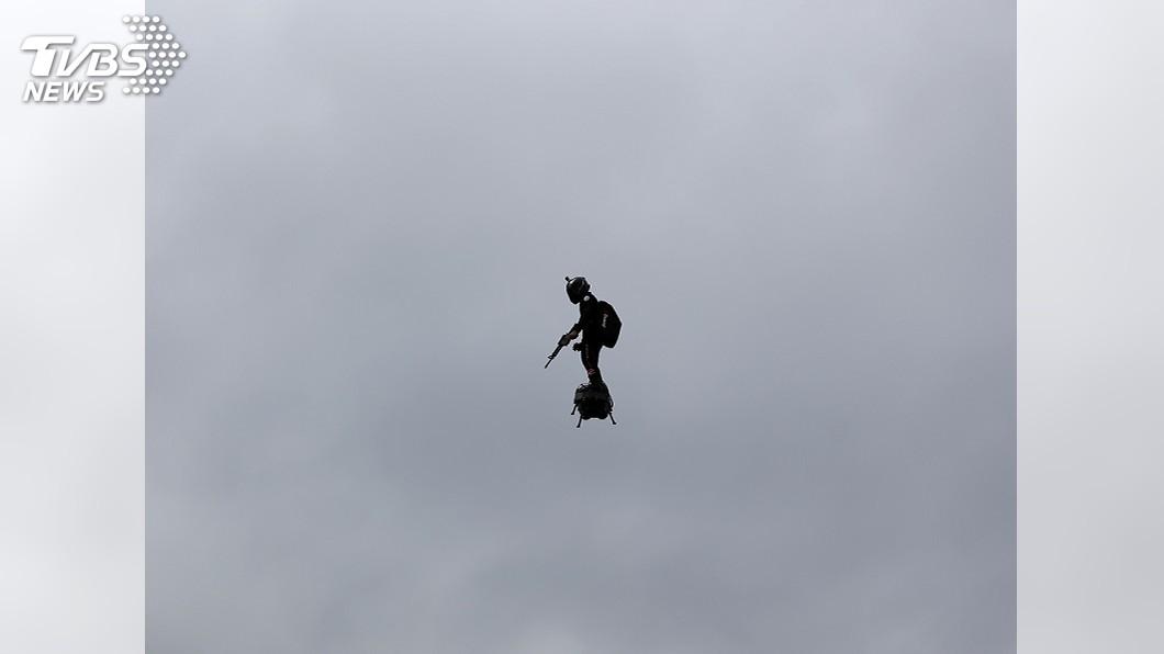 圖/達志影像美聯社 懸浮滑板飛越香榭麗舍大道! 法國國慶吸睛