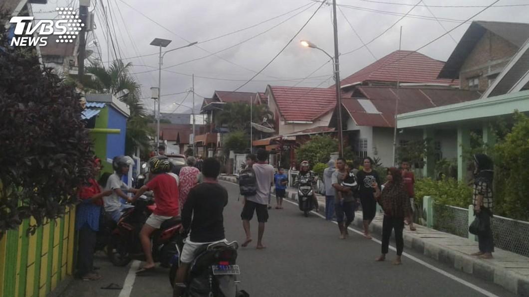 圖/達志影像美聯社 7.3強震襲印尼東部釀1死 居民心有餘悸不敢回家