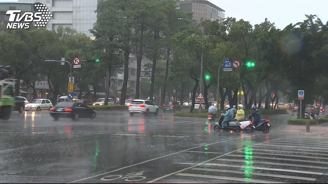 示意圖/TVBS 丹娜絲「分身」引西南風擾台 雨彈狂襲中南部