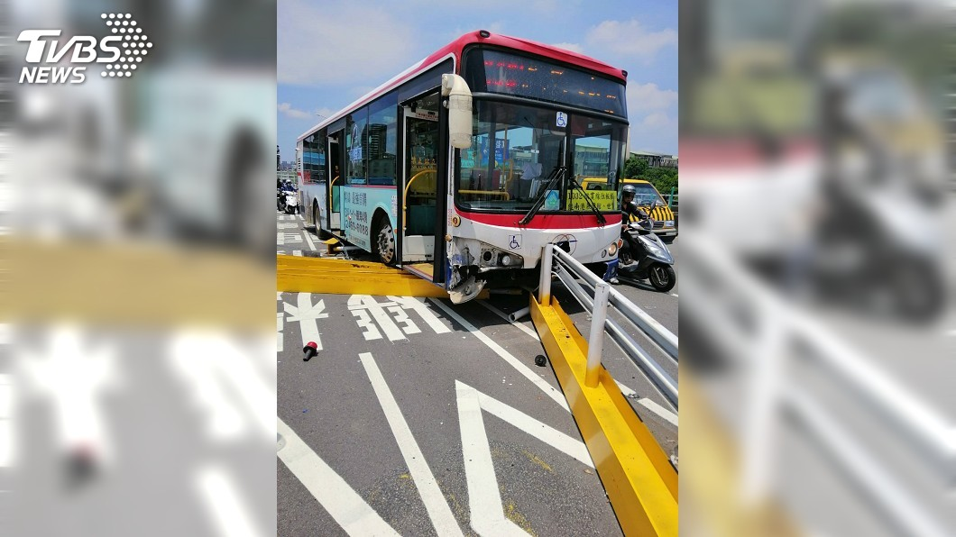 圖/TVBS 福和橋上自撞施工護欄 力道猛烈鐵柱刺穿公車底部