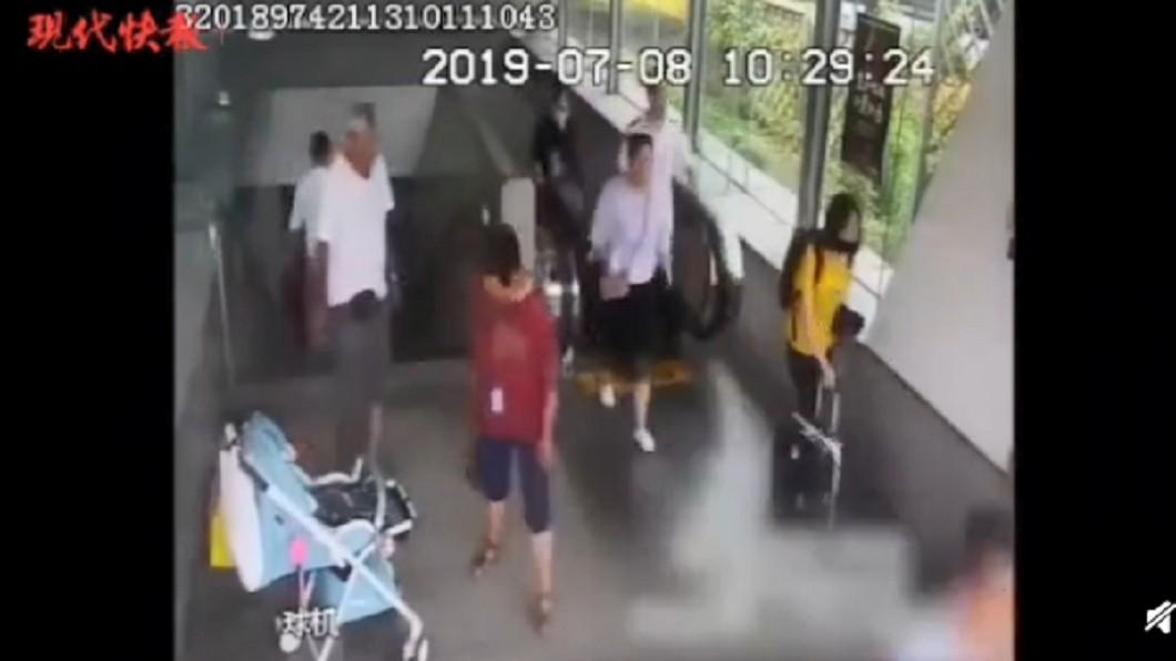 圖/翻攝自微博 3月大女嬰遭丟地鐵站 真相曝光網鼻酸:看到快哭了