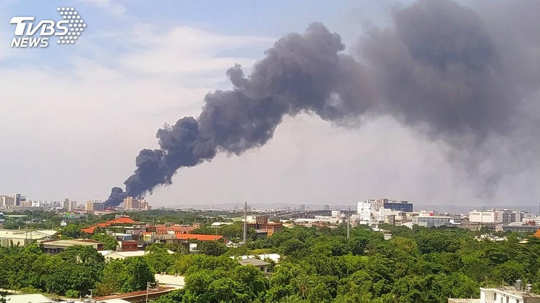 圖/TVBS 桃園資源回收場大火 濃煙竄天數公里外可見