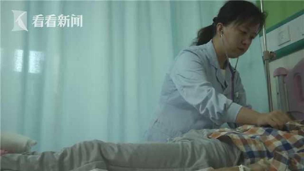陝西一名11歲男童不慎誤食曼陀羅,整個人出現中毒的情況。(圖/翻攝自看看新聞) 爺採「白花朵」替11歲孫治病 他喝下忘記父母見人就打
