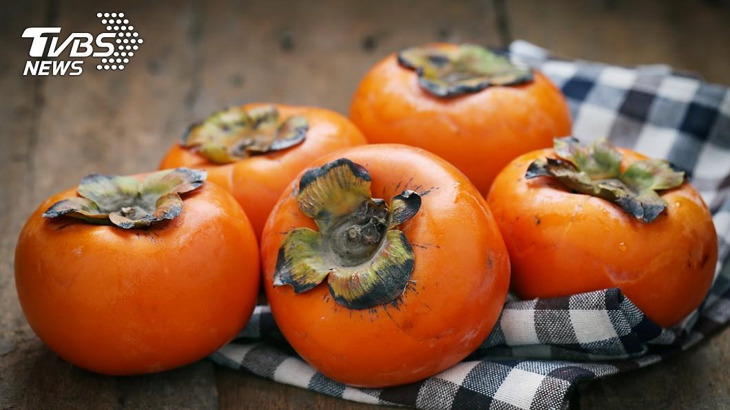 柿子雖然好吃,但過度或空腹食用都可能引發胃結石。示意圖/TVBS 她狂嗑7天柿子胃長「石頭」 醫開處方:每天可樂一公升