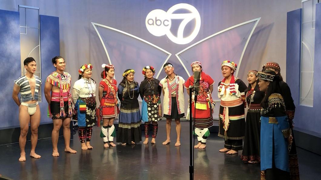 圖/駐芝加哥辦事處提供 台灣原住民青年合唱團 登芝加哥電視台展歌喉