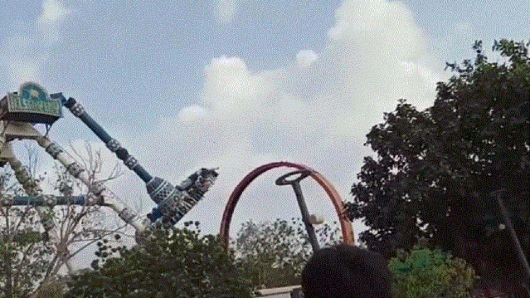 圖/翻攝自 DeshGujaratHD YouTube 遊樂設施突然斷裂! 印度遊客墜地釀2死