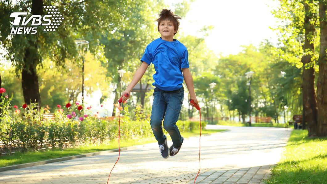 跳繩能促進青少年生長發育。示意圖/TVBS 每天跳繩千下!一年後男童成全班最矮 真相讓父崩潰