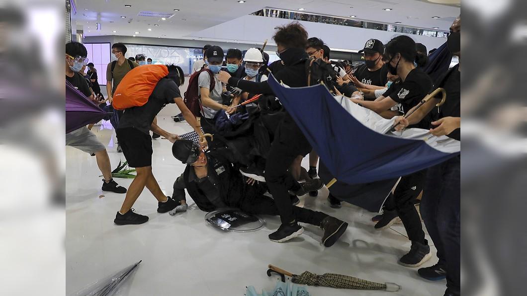 圖/達志影像美聯社 信任感盡失社會撕裂 港沙田商場警民大亂鬥