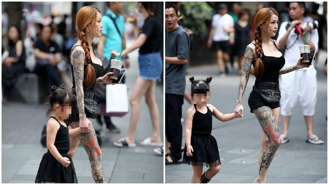 有網友在街上捕捉到,一名擁有姣好身材且全身刺青的辣媽,正帶著女兒逛街。(圖/翻攝自微博) 超「胸」刺青辣媽帶女兒逛街 真實身分超狂讓網友跪了