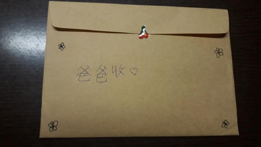 圖/翻攝自臉書「爆怨公社」 嘆當主管沒時間陪女兒 看完這張生日卡片讓他秒淚崩