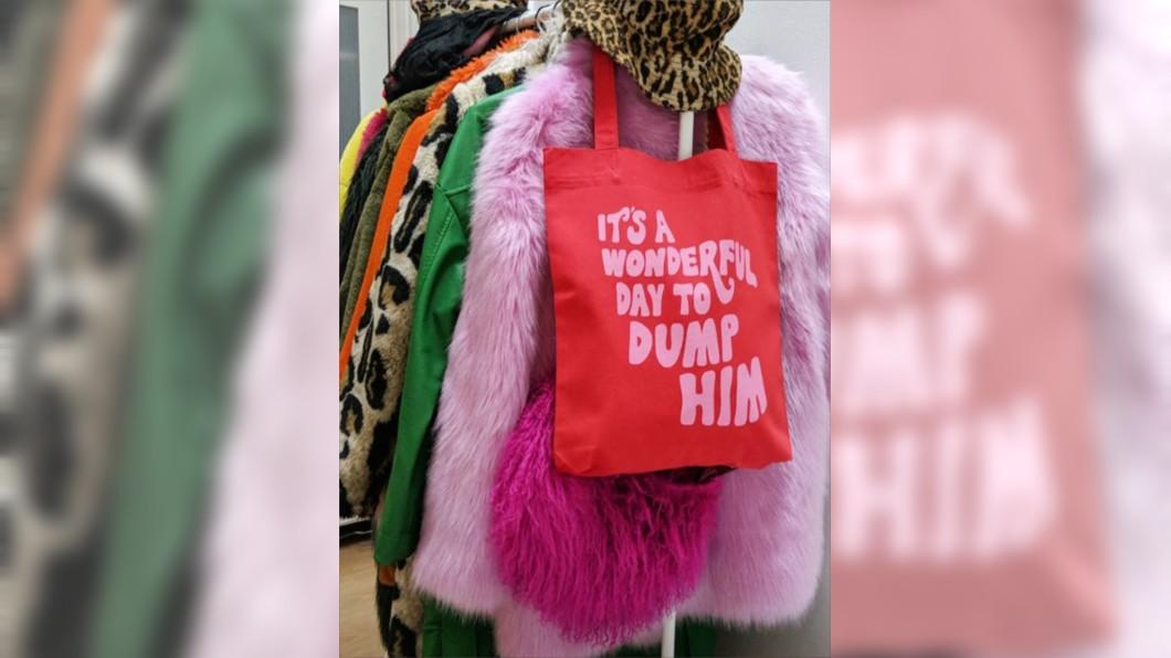 季芬設計的包包標語寫著「今天是個甩掉男友的好日子」。圖/翻攝自Florence Given的IG