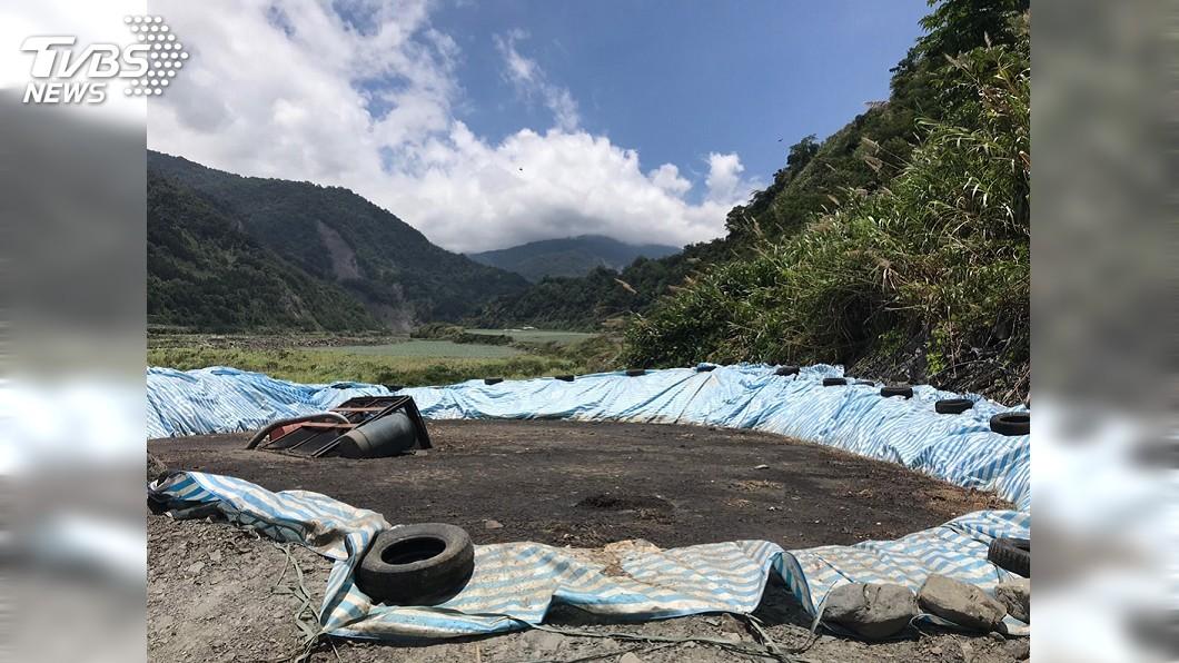圖/中央社 蘭陽溪上游遭人偷倒200公噸生雞糞 縣府開罰