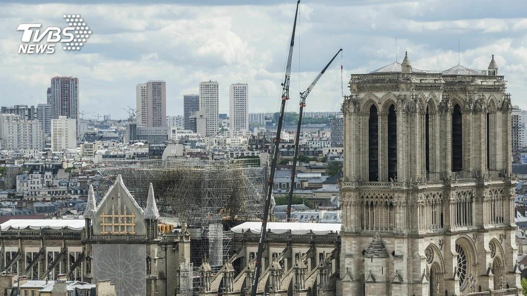 圖/達志影像美聯社 巴黎聖母院關閉整修 遊客還是愛拍照打卡