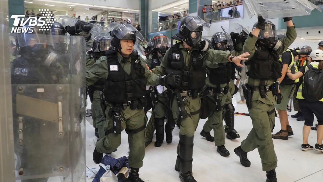 圖/達志影像美聯社 沙田百貨縱容警清場? 數百港人包圍投訴