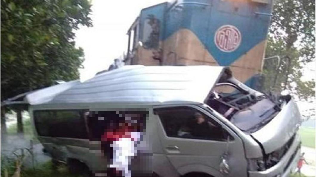 圖/翻攝自 推特 火車撞爛結婚禮車 新郎、新娘在內11人慘死