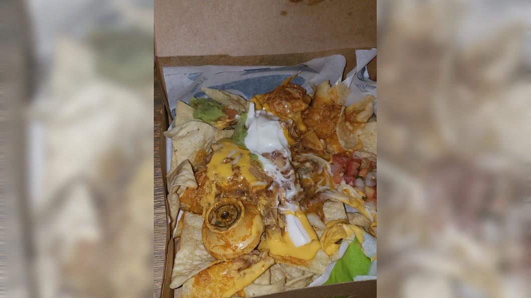 美國一名女子日前外帶玉米餅回家吃,打開驚見疑似金屬門鎖的異物。(圖/翻攝自臉書) 外帶玉米餅準備大吃 女驚見「起司金屬門鎖」食慾全消