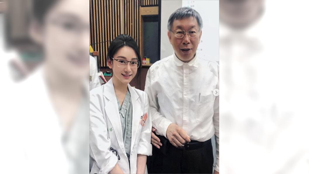 正妹醫師和台北市長柯文哲開心合照。圖/翻攝自Jennjennll的IG