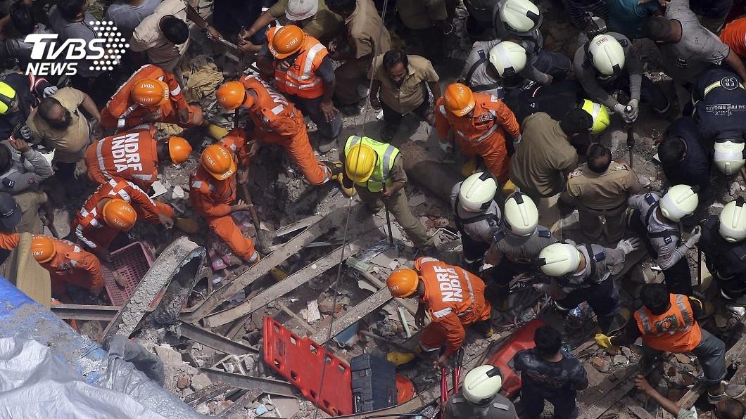 圖/達志影像美聯社 印孟買樓塌壓死12人 民眾警消徒手挖掘7獲救