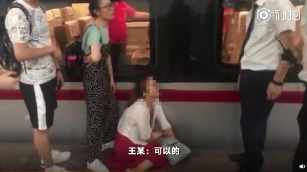 女子苦苦哀求列車長開門,讓他們可以搭車返回長沙。(圖/翻攝自微博)